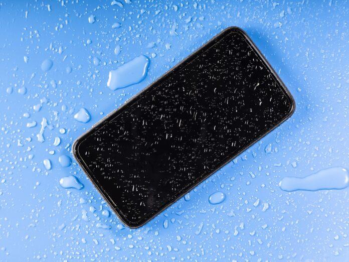 Jak chronić telefon przed zamoczeniem w wodzie?