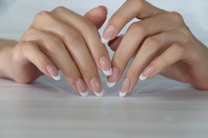 French manicure malowany a konstrukcyjny. Na czym polega różnica?