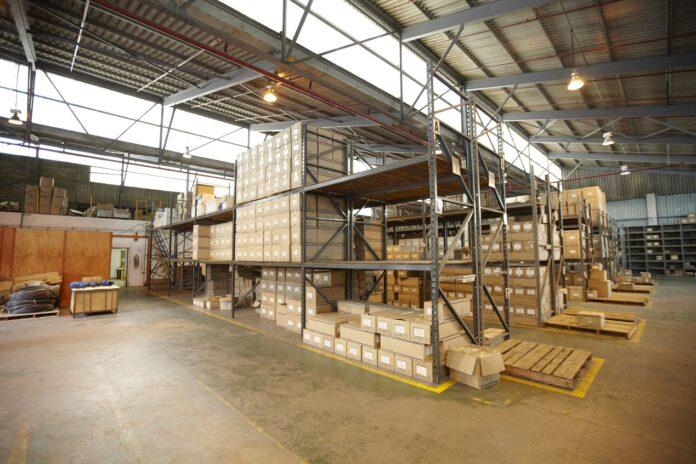 Rola regałów w logistyce magazynowej